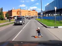 これは怖い(°_°)小さなお子様がキックボードで飛び出してくるドライブレコーダー