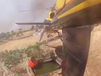 低空でホバリングしながら小さな井戸から水を汲み上げるスゴ腕パイロット。消防防災ヘリコプター