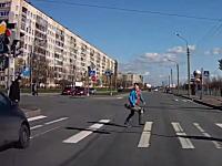 殺人信号無視。横断歩道を渡る兄ちゃんたちが超速の信号無視車に殺されかける動画。