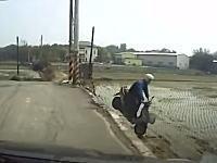 ちょwww曲がり角を直進して田んぼに落下するスクーターの姿が撮影されるww