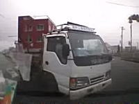 「ちょい事故」じゃねえwww信号無視で交差点に進入したうp主がトラックと衝突するドラレコ