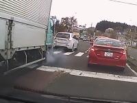 黄色信号で強めブレーキをした三菱アウトランダーがトラックにオカマを彫られる動画。