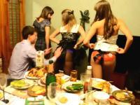 これがリア充のお誕生日会か。10代の少女3人から生脱ぎパンティを贈られる動画。
