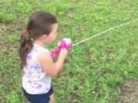 おもちゃみたいなサオで大きなブラックバスを釣り上げた幼女。これはグッドサイズww