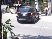 アクセルとブレーキの踏み間違いか?何をしてたんだドライバーが猛バックで店舗に突っ込む。