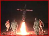 こんな時代に火あぶりの刑?生きたまま十字架に磔にされて火を付けられる男性。