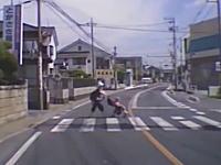 頭を下げて横断歩道を渡るベビーカーの母子を襲う愛寿物流のトラック。これは酷すぎるだろ・・・。