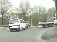 牽引されていたハイエースタイプのバンがカーブで複数の車に体当たり。これ無人じゃねえ?
