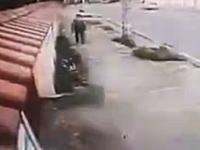 ナイスな逃げっぷりwww歩道で大量のドリンクボトルに襲われてしまった男性w
