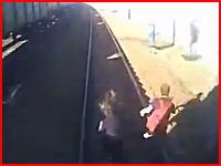 まさか後ろから来るとは。線路を歩いていた14歳の4人組が電車に轢き殺される瞬間。