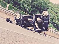 東北自動車道で事故って車から投げ出されたのに写メうpしてんじゃねえよwwwド根性娘w