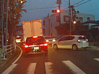これ撮影車が青信号で前進したらどうなってたんだろうwwwちょっと無理したアクアさん。