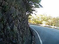 やっちまったー(´°_°`)六甲山の峠道でカーブを曲がりきれずに溝に落ちちゃうワゴンR