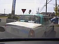後ろ見てないの?「とまれ」で停車したと思われたタクシーが・・・。逆追突ドラレコ。