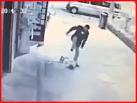 完全にキチガイ動画。中国で小さな男の子に対して激しい暴行を加える男の映像が撮影される。