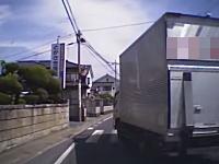 母子を襲うトラックの動画。映像の●●物流は被害者だった。トラックは既に売却済み。