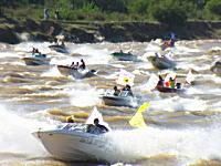 このボートレース?危険すぎるだろwww物凄い数のボートが一斉に川を上る。
