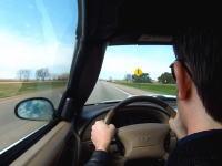 高速道路を運転中に突然意識を失ってしまった男性。アクセル踏まれた状態で暴走し続ける車。車内映像。