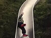 雨の日に滑り台を滑るのは危険です5秒動画。小さな男の子が滑り台で危ない事にww