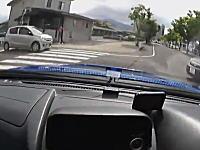 どこを見て運転してんだww優先車線に車がいるのに無理やり突っ切ろうとする車。