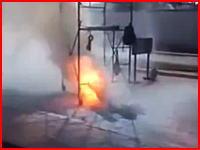 運んでいた足場が電線に触れて焼け焦げて死亡。その様子を撮影していたビデオが公開される。