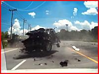 こんなの無理すぎる(°_°)タイで恐ろしい交通事故の瞬間が撮影される(((゚Д゚)))