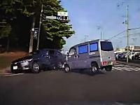 なぜそのタイミングで・・・。八王子街道で撮影された右直事故からの追突ドライブレコーダー。
