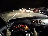 日産フェアレディZを200km/h近い速度で走らせて交通量の多い高速道路をすり抜け