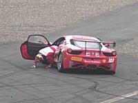 フェラーリのクラッシュで何とか車から這い出た選手がもうダメだとその場に倒れこむ。