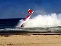 イタリアの航空ショーで2機の飛行機が空中衝突して海に墜落。その瞬間の映像。