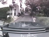 タクシーが住宅街の公園から飛び出した子供をモロにはねちゃうドラレコ動画。