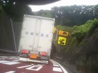殺人幅寄せ。これはまた炎上の予感。●●運送のトラックが極悪車載。