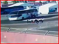 Yahoo!にヤバい動画がうpされる。大型バスに15歳の少女3人がはねられる瞬間。