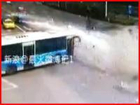 ちょっと待て。どれだけスピードを出してたらこんな事故になるんだ?中国で信じられない事故が撮影される。