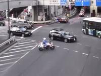 この事故が起きたのは白バイのせいだろwww白バイの変な動きに驚いた車がブレーキ⇒タクシーが突っ込む