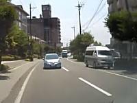 カーブの外側から反対車線に出て追い越しするヤツってなんなの。あわや正面衝突ドラレコ。