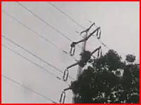 ズガガガン!送電線の鉄塔に登っていた人が激しく感電して落下する映像が投稿される