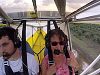 パイロットの驚きっぷり。離陸したら翼にネコがいた!?ネコも驚いてるなw