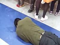 なんだこの乞食www韓国の電車内で撮影された乞食が酷すぎると話題に。