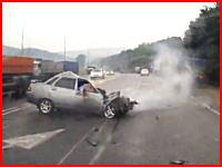 急に車線変更した車に押し出された車が対向の大型トレーラーと正面衝突