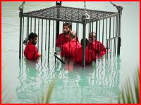 イスラム国が日本のテレビ番組のような処刑方法を考案。檻に入れてプールに沈める。