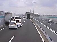 外に出ていたドライバー危機一髪。阪神高速で故障車に追突⇒玉突き事故に。