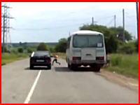バスの影から飛び出した9歳の少女が車にはねられて死亡。その瞬間ドラレコ。