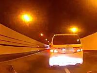 高速道路で前に強引に入って来てオラオラ急ブレーキなヴェルファイア。こんなヤツは免許取り上げろ!