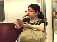 地下鉄でモロに鼻くそを食べている女の子が撮影される。これ無意識なんだろうなあ。