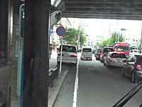 ふてこいアルファード乗り。駐車禁止標識の目の前に駐車してバスの運行を妨げる