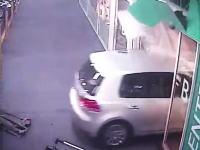 豪快入店。ショッピングセンターに87歳の高齢者ドライバーが車のまま入店する大暴走。