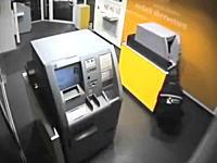 5つのATMから合計7700万円を盗み出した泥棒の手口。他の客さんが来てもまったく怪しまれない。