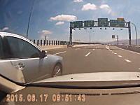 なんて運転してんだ。高速道路で大外から一気に出口に向かおうとした車のせいで事故った車載