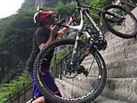 レッドブル天門山(雲夢山)999段の階段「上天梯」を使ったMTB競技の映像。